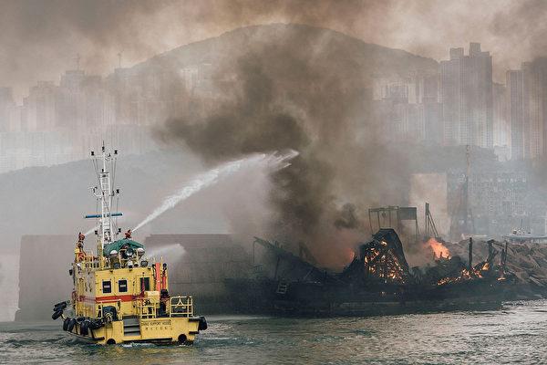 2015年9月27日,香港維多利亞港,下午發生船隻爆炸,波及9艘船,現場濃煙密佈,至少5人受傷,圖為消防人員用水柱搶救於爆炸中著火的船隻。 (Anthony Kwan/Getty Images)