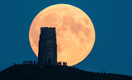 """2015年9月27日,英国上空,在月全食之前的超级月亮。当晚全球迎来罕见的超级月全食,即超级月亮和月全食一起现身的奇景。在27日晚上巨大的""""超级月亮""""当空悬挂之后,美不胜收。到美东时间9点多,开始进入月偏食,10点多就是超级月全食,或称超级血月,奇特而美丽。(Matt Cardy/Getty Images)"""