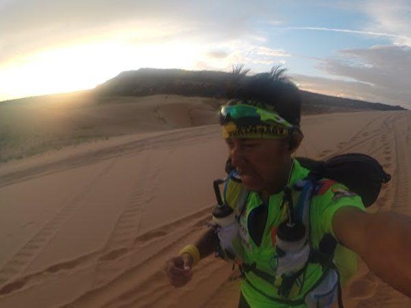 台湾超级马拉松好手陈彦博赴美参加G2G 273km大峡谷超马赛事,历经7天的分站赛,终于在27日勇夺总冠军。(陈彦博提供)