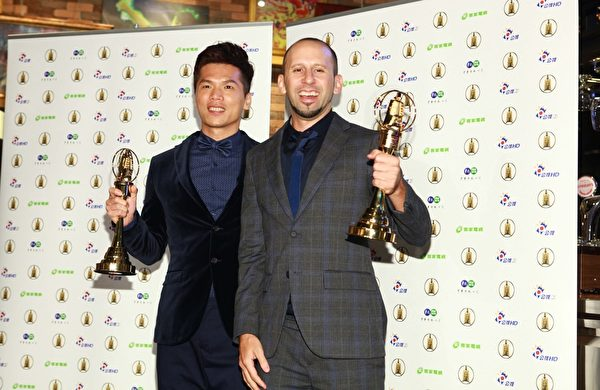 公視《勝利催落去》獲行腳類節目、主持人2獎,圖為主持人林信廷(左)、阮安祖(右)。(公視提供)