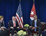 正在纽约联合国总部与会的美国总统奥巴马(右二)和古巴总统劳尔‧卡斯特罗(左三),周二(9月29日)再度会面,标志着两个曾经的冷战对手继续为邦交正常化而努力。      (MANDEL NGAN/AFP/Getty Images)