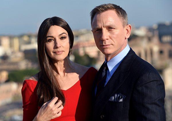 2015年2月15日,英國影星丹尼爾‧克雷格與意大利女星莫妮卡‧貝魯奇在意大利羅馬拍攝《007:惡魔四伏》。(Vittorio Zunino Celotto/Getty Images for CTMG, Inc. and MGM Studios)