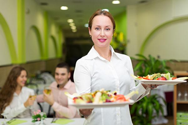 服務員提供食物給遊客(fotolia)