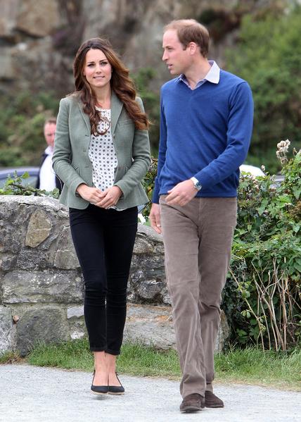 2013年8月30日,英國威廉王子和凱特王妃出席了安格爾西島馬拉松開賽儀式。(PAUL LEWIS/AFP/Getty Images)