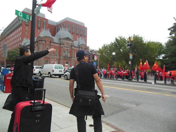 郭寶勝(左一)在白宮外的抗議現場,高喊:打到共產黨!(李辰/大紀元)