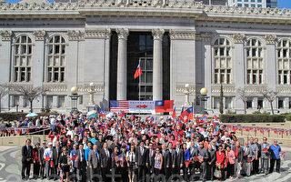 加州奥克兰市政厅前升旗 湾区侨界共庆双十