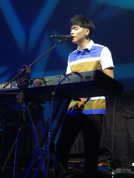 蔡旻佑一连演唱《我可以》、《翻不完的夏天》、《发光的简讯》、《寂寞 好了》、《我想要说》、《爱在八点档》等许多新歌。(一起娱乐提供)