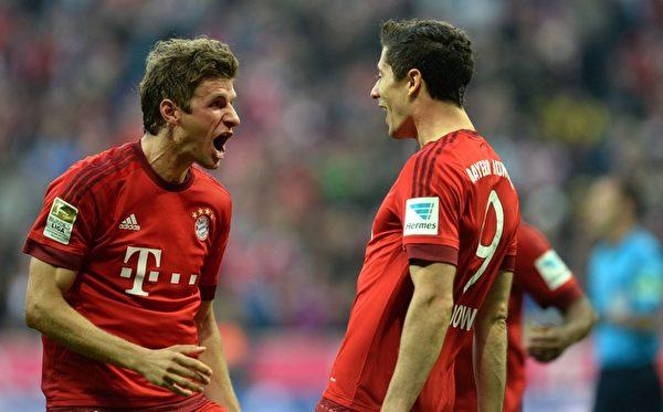 本赛季至今,穆勒(左)和莱万多夫斯基两人已经合力为拜仁打进26球。(CHRISTOF STACHE/AFP/Getty Images)