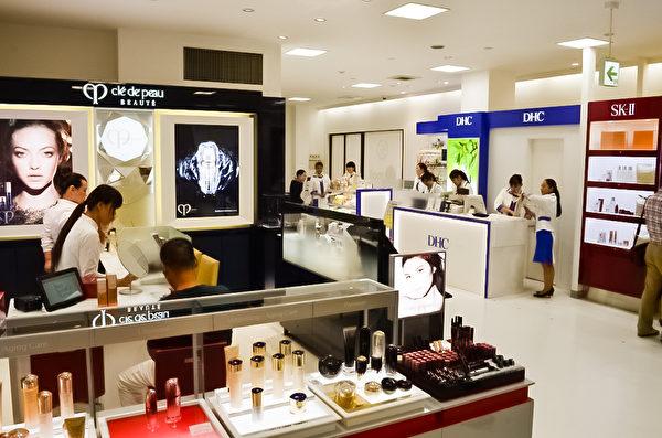 日本的老字號百貨的松屋銀座店從9月底開始針對備受中國遊客喜愛的化妝品,開設專門的化妝品專櫃,購物、辦理免稅一體化,並配備中文導購等服務方便遊客安心、迅速購物。(松屋百貨提供)
