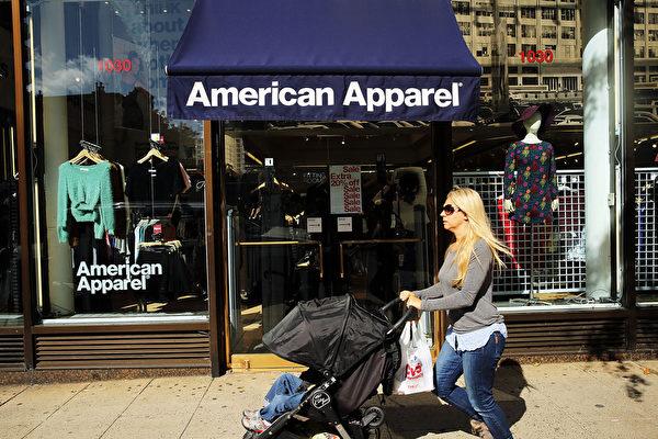 在创始人兼前CEO查尼被赶下台之后不到一年,美国知名成衣品牌美国服饰公司在10月5日宣布申请11章破产保护,其第二季度亏损了1940万美元,且已经陷入运营困境有一段时间。(Spencer Platt/Getty Images)