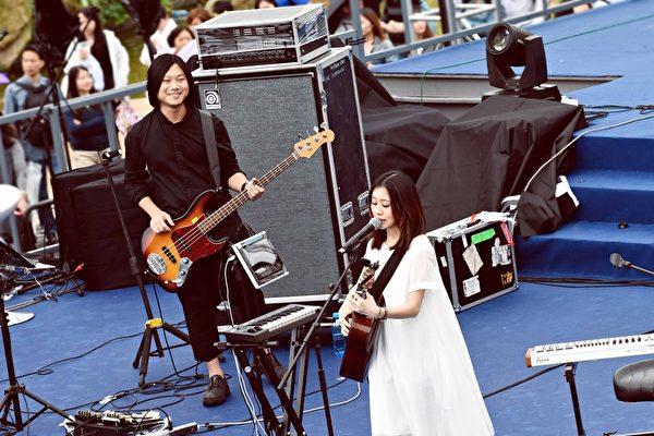 瑪莎在台上為白安彈奏Bass。(相信音樂提供)