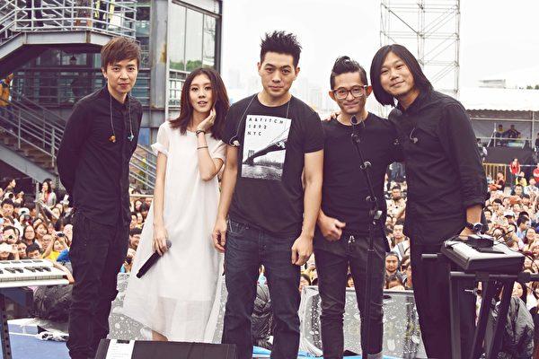 白安、瑪莎、劍青、前源和Kenny組團在上海簡單生活節演出。(相信音樂提供)