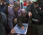 瓜地马拉1日发生土石流,造成至少161人死亡,仍有至少300人失踪。(JOHAN ORDONEZ/AFP)