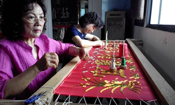 社区妈妈用一针一线绣出 新生社区的金字招牌。(谢月琴/大纪元)
