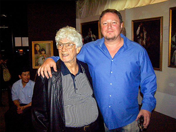 畫廊主人惠特靈父子布魯斯和安東尼。(明慧網)