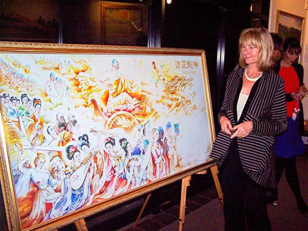 畫家賴恩斯女士觀賞美展作品。(明慧網)