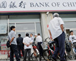 德國商業銀行認為,截至今年年底,中國債券市場崩潰的機率為20%,雖然還不至於過高,但投資者從崩潰的股市轉戰到債券市場或許只是從一個泡沫跳進另一個泡沫。 (AFP PHOTO/Franko Lee)