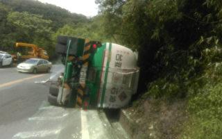 油罐车翻覆  柴油溢出影响南回交通