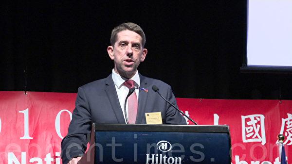 昆士蘭Woodridge區省議員MP Cameron Dick代表省長Annastacia Palaszczuk祝福臺灣生日快樂。(倪爾森/大紀元)