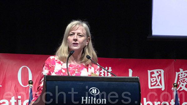 布里斯本議長Angela Owen-Tylor感謝布里斯本的臺僑在2011年布市水災時,給予本地政府與人民的協助。(倪爾森/大紀元)