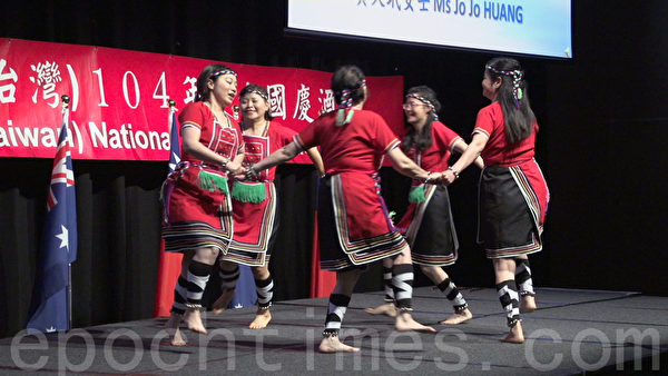 昆士蘭客家會表演富有傳統文化的採茶舞與澳亞藝術交流協會表演山地舞。(倪爾森/大紀元)
