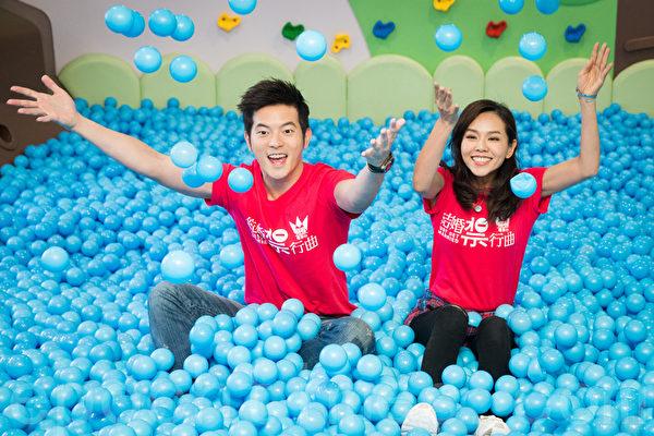艺人宥胜(左)、夏于乔(右)10月13日在台北出席一日幼儿园长活动。(陈柏州/大纪元)