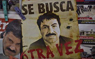 墨西哥當局於2015年10月16日表示,越獄逃亡超過三個月的大毒梟古茲曼(Joaquin Guzman)在警方最近的追緝行動中已負傷。本圖為古茲曼越獄後,墨西哥政府在各大車站與公車上張貼他的追緝海報。(YURI CORTEZ/AFP/Getty Images)