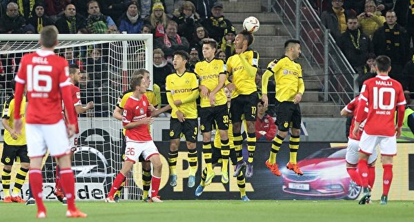 多特蒙德客场2-0击败美因茨。图为多特球员人墙防守对方的任意球。(DANIEL ROLAND/AFP/Getty Images)