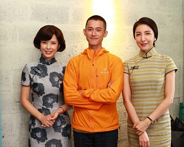 天心(左)与杨谨华在《一把青》片场,主演吴慷仁(中)前来探班。(公视提供)