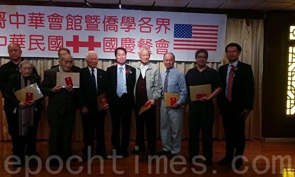 何处长为抗战英雄颁发纪念章及证书。(温文清/大纪元)