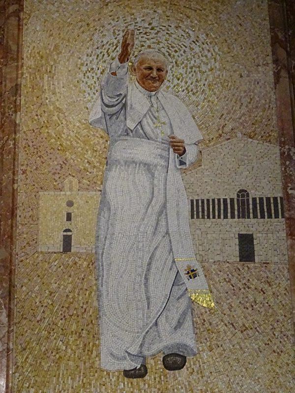 2002年6月16日畢奧教士被教宗若望.保祿二世追封為「聖人」。畢奧教士大教堂中有教宗若望.保祿二世畫像。(劉佳麗/大紀元)