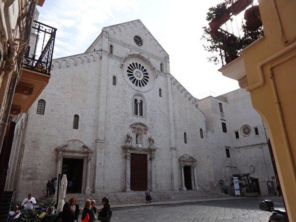巴里市位於意大利東南部,聖鴿貞女的遺體被保存在巴里大教堂(Cattedrale di Bari)中。(劉佳麗/大紀元)