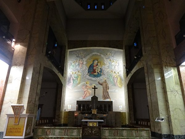 後人在畢奧修士生前修行的小教堂旁邊修建了大教堂。中央壁畫顯示著聖母聖子與畢奧修士。(劉佳麗/大紀元)