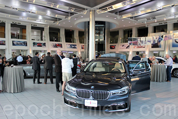 BMW of Rockville展廳內的2016最新寶馬X7。(齊樂樂/大紀元)