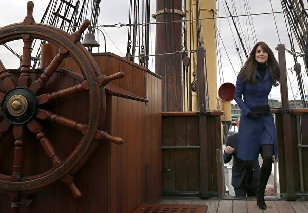 凱特王妃興致勃勃的登上「發現號」。 (DANNY LAWSON/AFP)