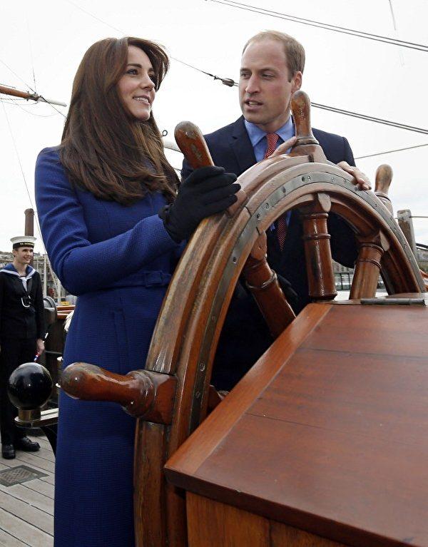 凱特王妃在「發現號」上操縱船舵,搖身一變成了「凱特船長」。 (DANNY LAWSON/AFP)