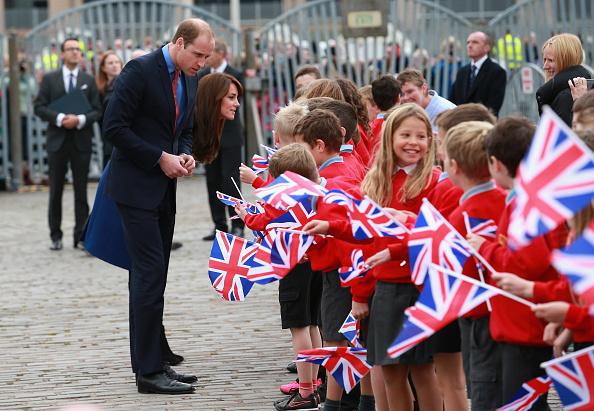 劍橋公爵夫婦遊覽「發現號」基地時,受到當地小學生的歡迎。 (Chris Jackson/Getty Images)