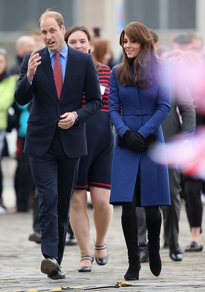 凱特身穿蘇格蘭服裝設計師克里斯托弗‧凱恩設計的藍色外套,搭配黑色手拿包和羅素布‧羅姆利的黑色麂皮過膝長靴。(Chris Jackson/Getty Images)