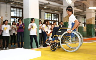"""全台首创 曹佑宁考取第一张""""轮椅驾照"""""""