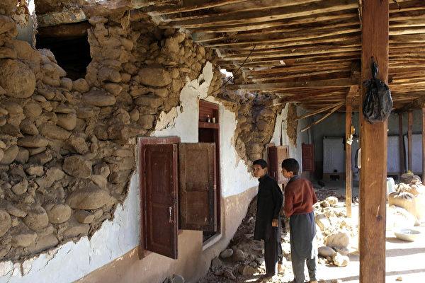 这次地震震央虽然在阿富汗,但巴基斯坦目前是受灾最严重国家。图为巴基斯坦的灾区到处断坦残壁。( AFP PHOTO / EHSAN ULLAH)