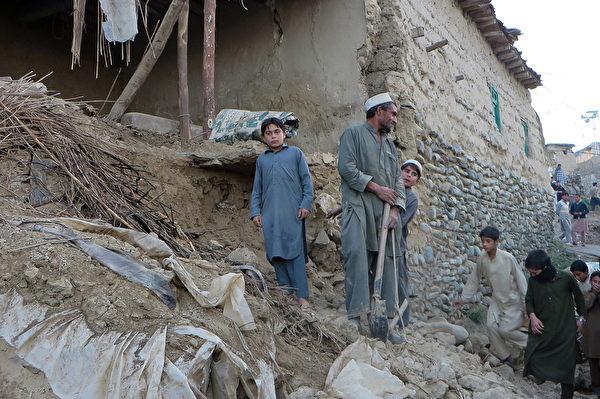 这次地震震央虽然在阿富汗,但巴基斯坦目前是受灾最严重国家。图为巴基斯坦的灾区到处断坦残壁。(AFP PHOTO / Anwarullah KHAN)