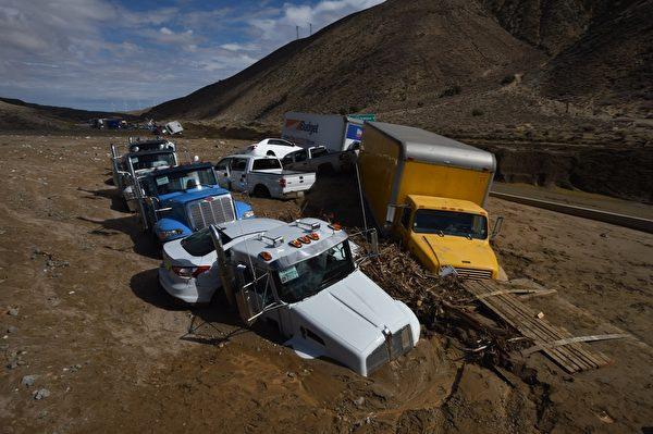 图:10月16日,暴雨导致了洛杉矶以北的羚羊谷附近58号高速公路发生泥石流。(MARK RALSTON/AFP/Getty Images)