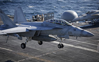 2015年10月28日,韓美海軍於10月26日至29日期間在韓國東部海域進行韓美聯合海上機動訓練。此次軍演美國派出了最新的核動力航母「羅納德.里根」號。圖為一架美國海軍F/A-18超級大黃蜂戰鬥機在航空母艦羅納德·里根號的甲板上降落。(Kim Hong-Ji/AFP)