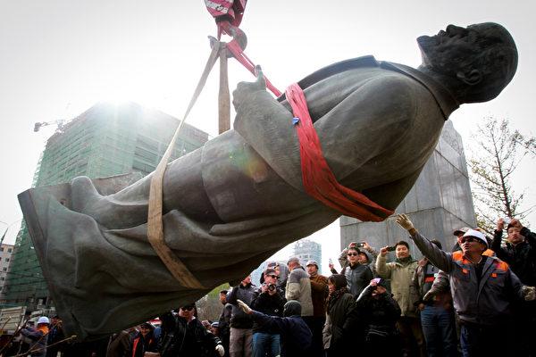 2012年10月14日,蒙古首都乌兰巴托市拆掉了城市街头最后一尊列宁塑像。(Byambasuren Byamba-Ochir / AFP)