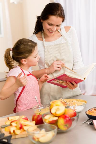 新英格蘭和大西洋中部的美國家庭熱愛蘋果派,圖為母親和女兒一起做蘋果派。(fotolia)