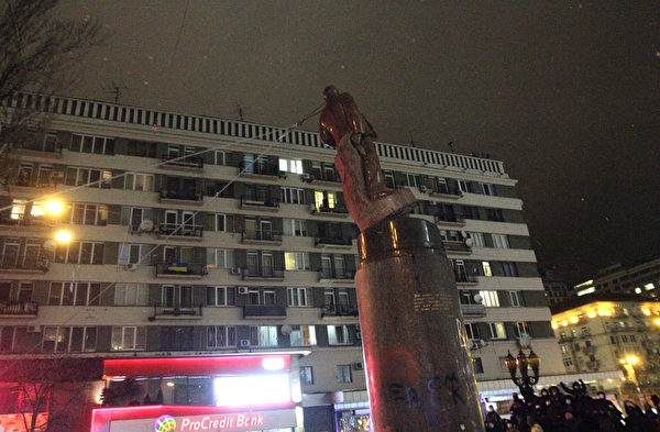 乌克兰民众2013年底开始,在全国掀起推倒列宁雕像的弃共行动,表明了乌克兰人对马列共产主义的厌恶和憎恨。图为2013年12月8日,乌克兰基辅,市中心的一座列宁像被以绳子绑上后拉倒。(ANATOLI BOIKO/AFP)
