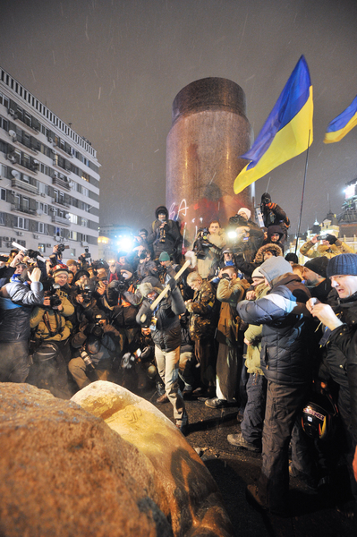 乌克兰民众2013年底开始,在全国掀起推倒列宁雕像的弃共行动,表明了乌克兰人对马列共产主义的厌恶和憎恨。图为2013年12月8日,乌克兰基辅,市中心的一座列宁塑像被推倒后,民众欢呼庆祝。(GENYA SAVILOV/AFP)