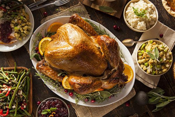 新英格蘭州的家庭大多保留感恩節吃烤火雞的傳統,而其他州的家庭很多改白色的肉如烤雞、烤豬排等代替。(fotolia)