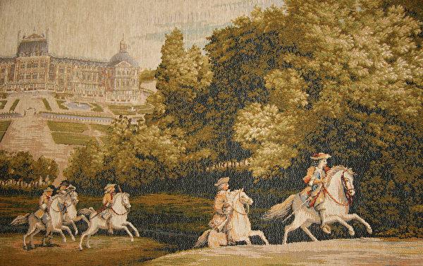 法國宮廷掛毯,描繪1660年22歲的路易十四率護衛出遊涉獵。(Juliet Zhu/大紀元)