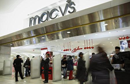 梅西公司(Macy's Inc.)週三(11日)公布季度財報,銷售大幅下降並調降今年財測,股價因此單日暴跌14%,年內下跌40%。圖為梅西百貨(Macy's)在新澤西州紐波特(Newport)的連鎖專賣店。(Kena Betancur/Getty Images)